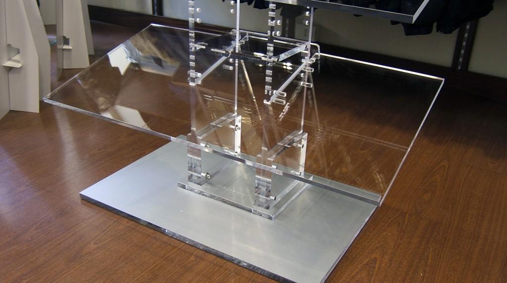 Espositori e Materiali P.O.P. - Espositore da terra in plexiglas trasparente, mensole regolabili.