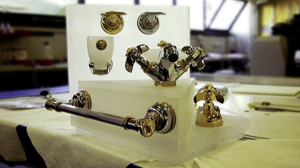 """Espositori e Materiali P.O.P. - Espositore da banco """"Versace"""" rubinetti, realizzato in plexiglas massello sabbiato."""
