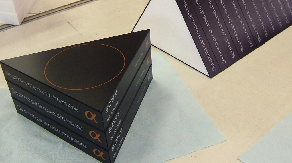 """Espositori e Materiali P.O.P. - Espositore da banco """"Sony"""" realizzato in polistirolo espanso accoppiato a forex nero serigrafato a due colori."""