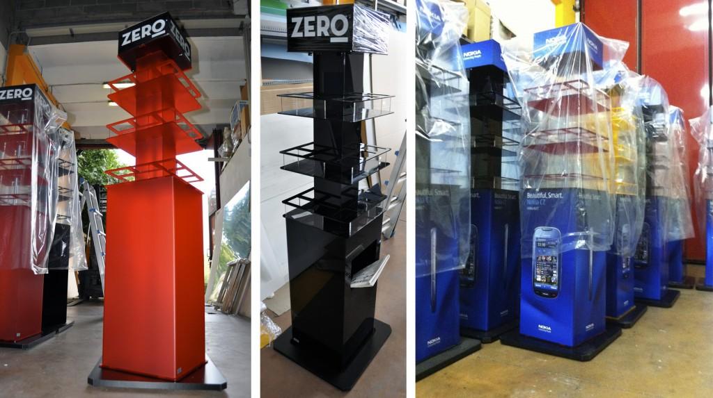"""Espositori e Materiali P.O.P. - Espositore da terra """"Zero"""" in plexiglas sabbiato e nero, grafica adesiva, base girevole."""
