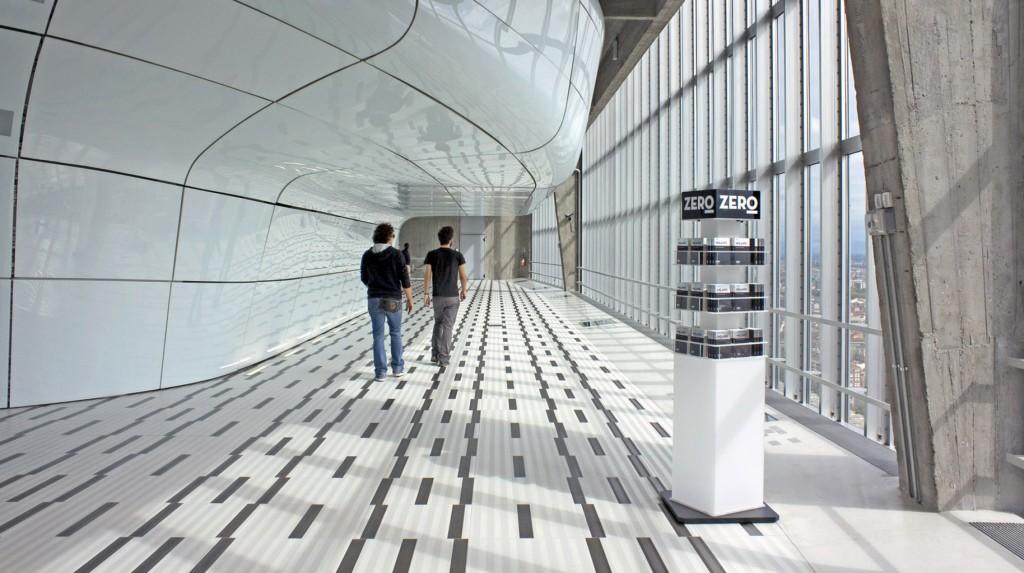 """Espositori e Materiali P.O.P. - Espositore da terra """"Zero"""" in plexiglas sabbiato, grafica adesiva, base girevole."""