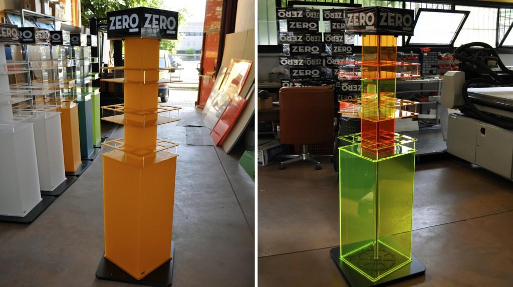 """Espositori e Materiali P.O.P. - Espositore da terra """"Zero"""" in plexiglas sabbiato e colori fluo, grafica adesiva, base girevole."""