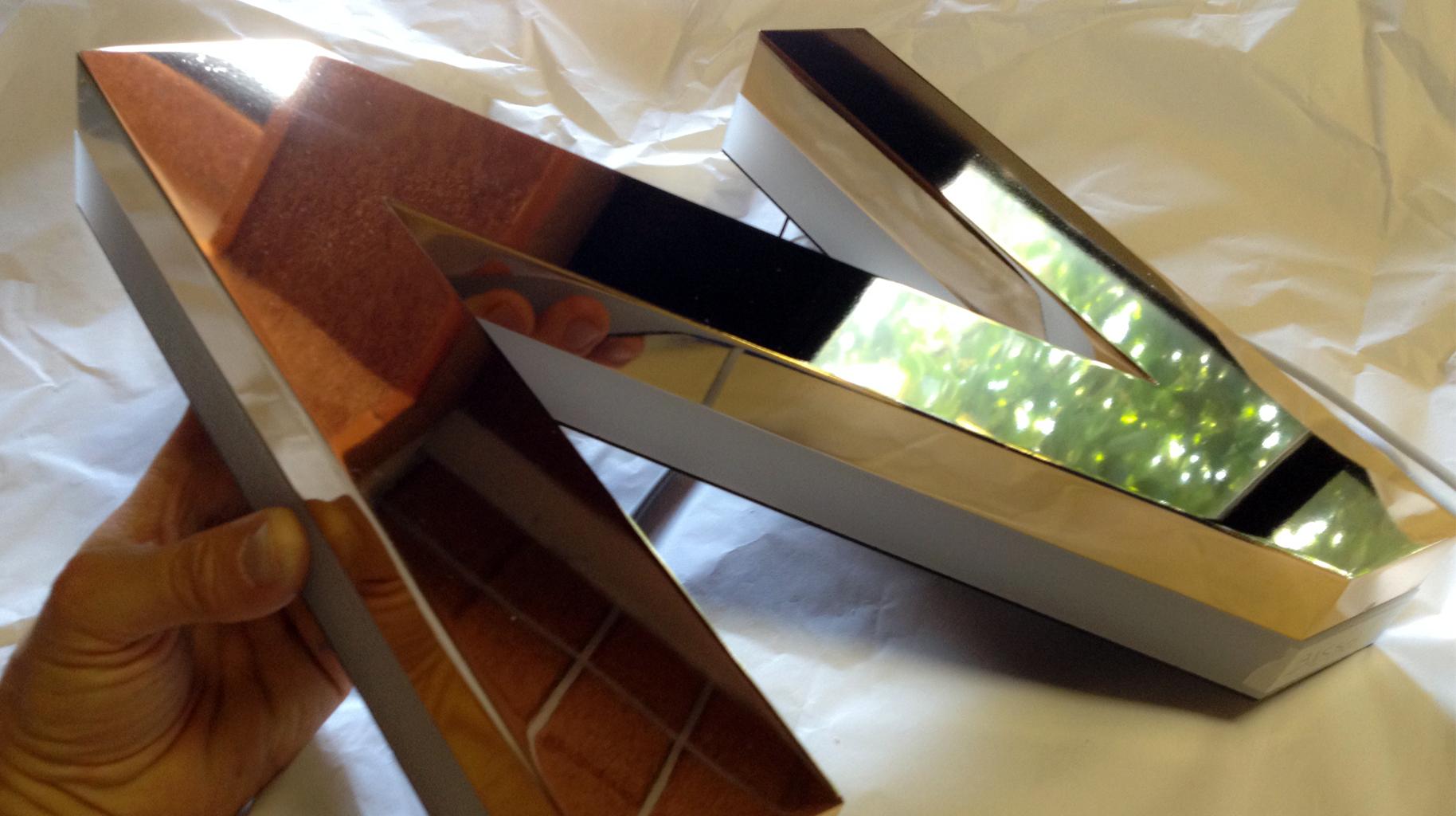 Lettere luminose scatolate in ottone bagno oro 24K