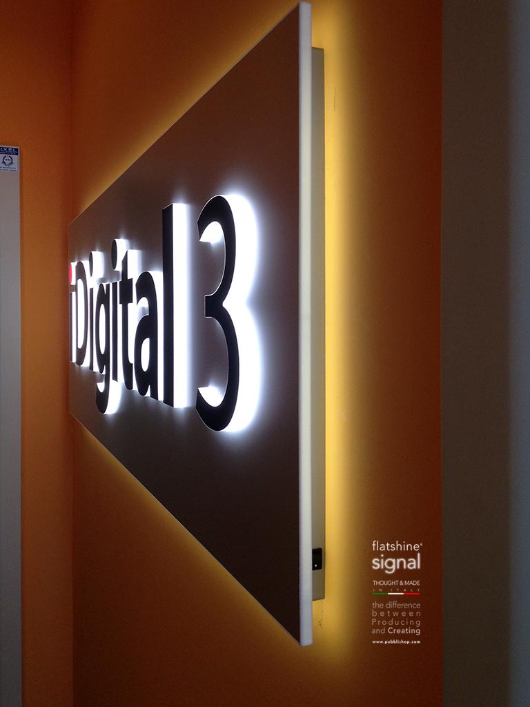 Flatshine Signboard - Targa luminosa con lettere in plexiglas massello, fondo in alluminio anodizzato, luce secondaria diffusa posteriore, montaggio distanziato a parete, spessore targa cm 1 + 1,5 lettere, distanziata cm 4. Realizzata in esclusiva per Progim srl