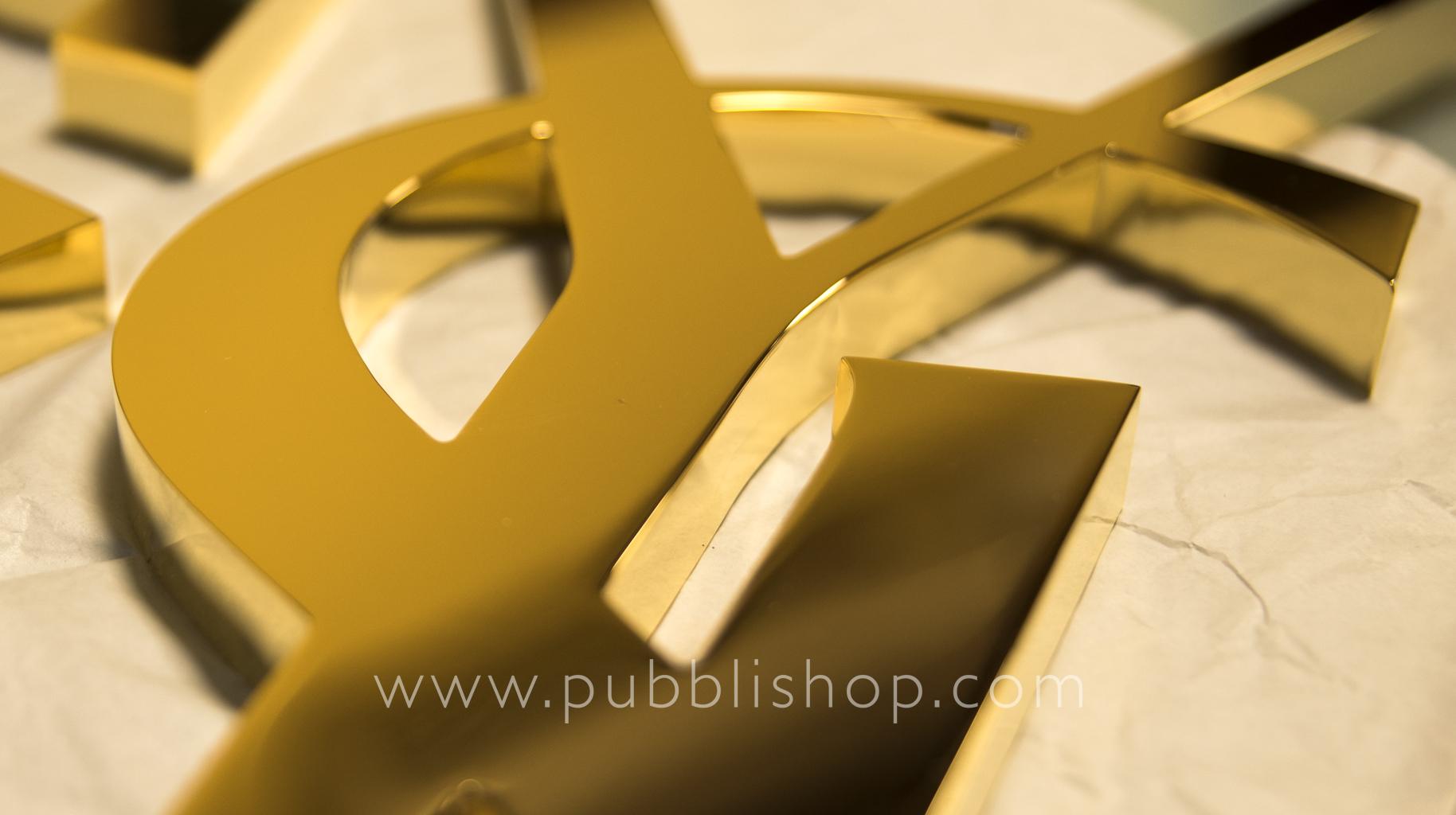 SAINT LAURENT Logo in ottone scatolato dorato - Logo in ottone scatolato e lucidato manualmente, bagno oro 24K