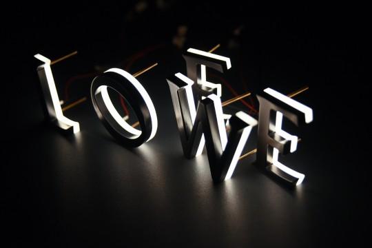 LOEWE, lettere in alluminio e plexiglas massello